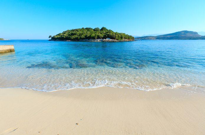 Plaża w Ksamil, w tle jedna z wysp