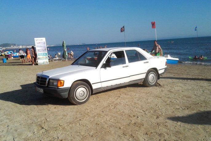 Mercedes na plaży w Durres