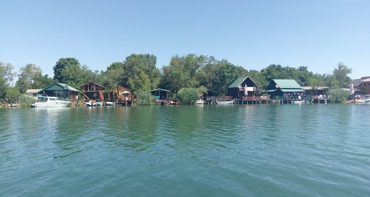 Domki na rzece Bojana